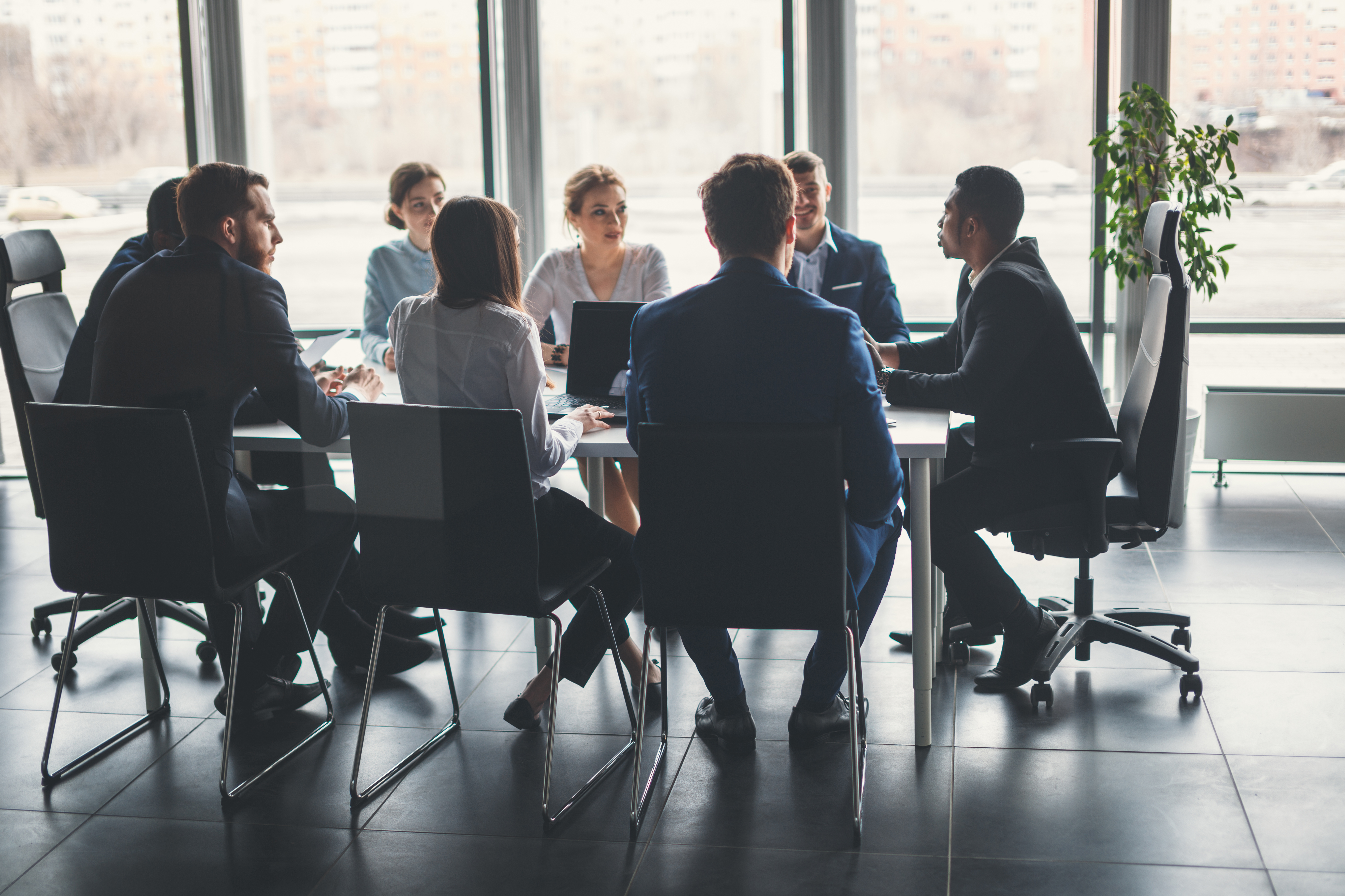 Mennesker rundt møtebord - Arbeidsrett - Advokatfirmaet Ness Lundin