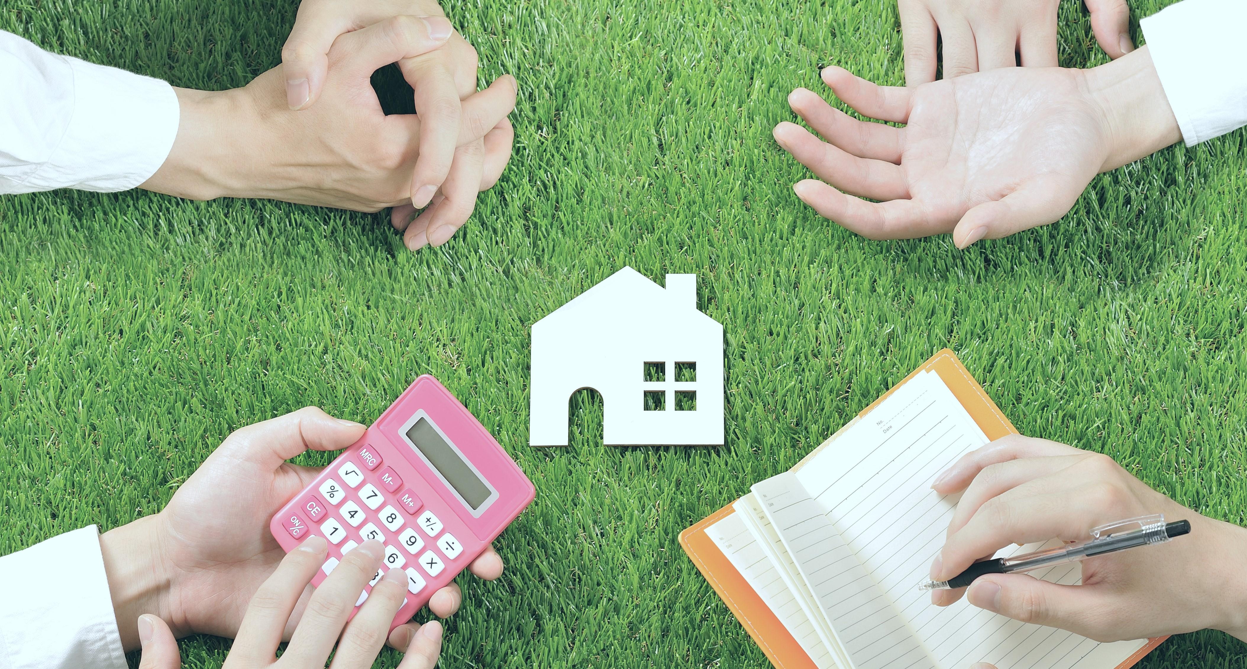 Illustrasjonsfoto for bobehandling - bilde av fire par hender med kalkulator, bilde av et hus og en bok