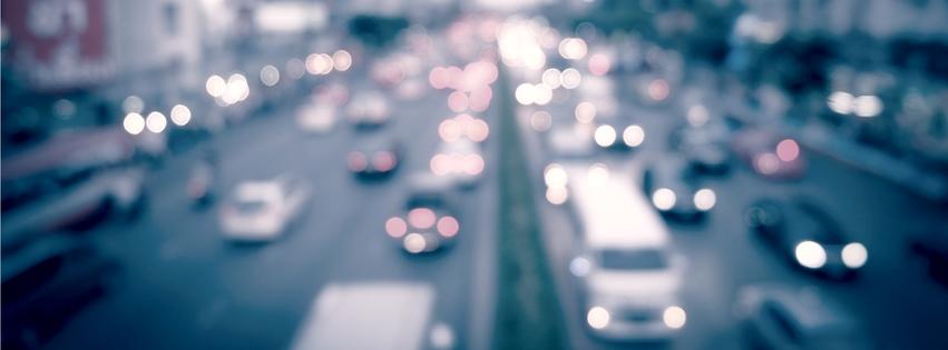 Blurry bilde av biler på en trafikkert motorvei. Biler har skadepotensiale og kan forårsake ulykker.