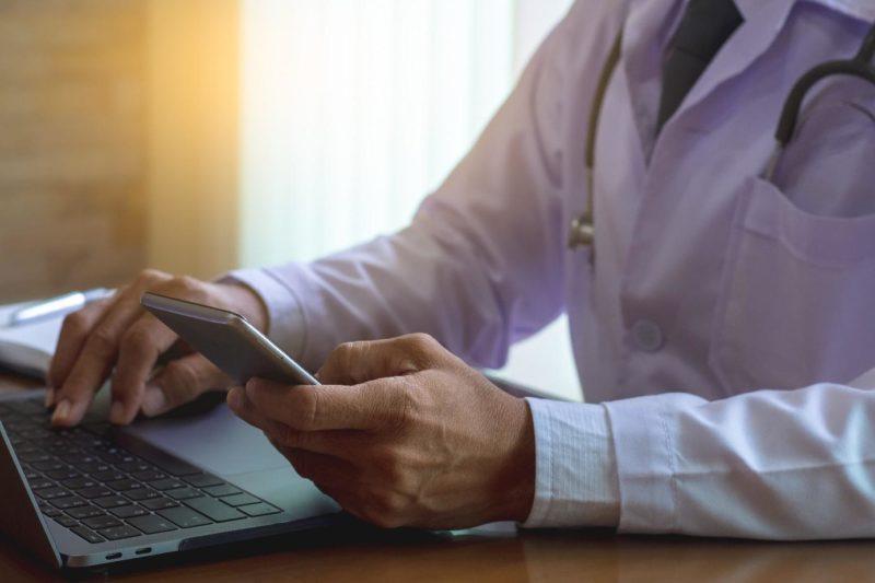 Høyesterett mener at legen opptrådte «svært klanderverdig» da han gikk inn i en pasientjournal i en personskadesak, uten pasientens samtykke. Illustrasjonsfoto